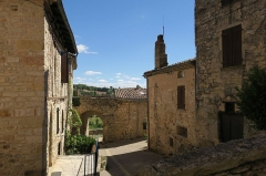 Deuxième porte de l'Irissou et ses deux tours d'enceinte - English: Puycelsi. City walls. Second Irissou gate, viewed from the