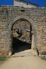 Deuxième porte de l'Irissou et ses deux tours d'enceinte - English: Puycelsi. City walls. Irissou Gate, first gate.