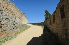 Restes des remparts - English: Puycelsi. City walls. Irissou gate: way between the first and second Irissou gates.