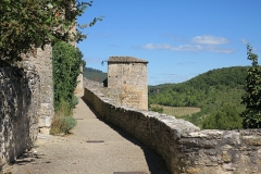 Restes des remparts - English: Puycelsi. City walls. Wall-walk, with the Prison Tower in the background.