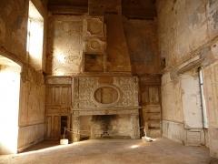 Ruines du château - Français:   Salle d\'apparat du Château Vieux de Bruniquel, avec une cheminée en bois sculpté.