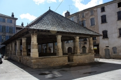 Halles - English:   The architecture of the Caylus market hall is characteristic of Causse du Quercy at the beginning of the 16th century. In order to avoid any dispute over transactions, anybody can find reference measures for grains or fabrics.