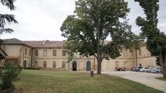 Ancienne abbaye de Belleperche - English: Vue de la façade principale de l'abbaye de Belleperche à Cordes Tolosannes (Tarn-et-Garonne).
