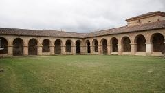 Ancienne abbaye de Belleperche - English: Vue de la galerie du cloître de l'abbaye de Belleperche à Cordes Tolosannes (Tarn-et-Garonne).