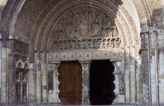 Eglise Saint-Pierre et son cloître - English:  Portal of the Last Judgment, inspired by the Apocalypse of John: The Christ in glory, surrouded by the tetramorph, presides the last judgment. On the lintel of the tympanum is represented the assembly of the 24 Elders of the Apocalypse of John.