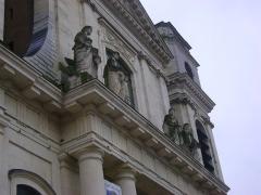 Cathédrale Notre-Dame de l'Assomption - Cathédrale Notre-Dame-de-l'Assomption de Montauban, Tarn-et-Garonne. Détail des statues des 4 évangélistes sur le péristyle.