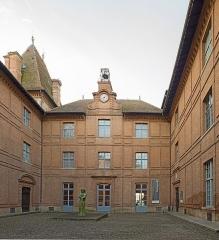 Ancien palais épiscopal, ancien Hôtel de ville, actuellement musée Ingres - English:  Musée Ingres, Montauban, Tarn et Garonne, France. Courtyard.