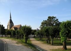 Eglise Saint-André -  Argent-sur-Sauldre (Cher, France) -   La Place de l'Abbé Lauzier et l'église.  Vue depuis la Rue Nationale (route départementale D940), en direction du Nord.   .