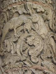 Porte Saint-Ours, provenant de la collégiale Saint-Ursin - Français:   Détail sculpté d\'une colonne du portail Saint-Ours de la collégiale Saint-Ursin de Bourges (18).