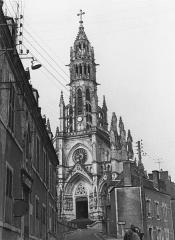 Basilique Notre-Dame-des-Enfants - Français:   Basilique Notre-Dame-des-Enfants, Châteauneuf-sur-Cher, 1972. Photo prise par mon grand-oncle Marcel Besnard (1913-1998).