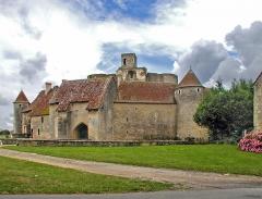 Ruines du château - English: Castle of Sagonne, medieval castle entrance with its porch arch