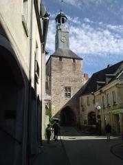Beffroi - Français:   Construit au 12e siècle, sous le règne de Philippe Auguste, la porte d'accès au château s'appela Tour du veilleur, Banye (1507), Bannier, Porte de l'horloge puis Porte de la prison. Elle reçut en 1819 l'horloge publique qui était auparavant sur la Porte aux Boeufs, et servit d'asile de nuit et de prison au XXe siècle. De cet endroit, part vers le Nord comme vers le Sud, un ensemble de remparts qui protégeait le château et la cité.
