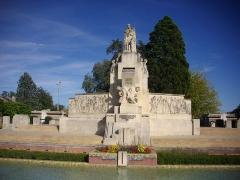 Jardin de l'Abbaye, dit aussi square Lucien Beaufrère - Français:   Square Lucien-Beaufrère, à Vierzon (Cher, France): le monument aux morts
