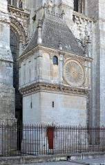 Cathédrale Notre-Dame - Français:   Cadran extérieur (1520) de l\'horloge astronomique de la cathédrale de Chartres - Eure-et-Loir