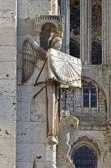 Cathédrale Notre-Dame - L'ange au cadran, à l'angle du clocher de la Cathédrale Notre-Dame - Chartres, Eure-et-Loir (France). L'ange qui présente ainsi son cadran au sud est une copie datant de 1974, l'original de 1528 se trouve dans la crypte.