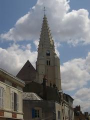 Eglise Saint-Valérien - Français:   Église Saint-Valérien de Châteaudun (Eure-et-Loir, France), depuis le haut de la rue Gambetta