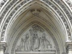 Domaine de la chapelle royale Saint-Louis - Français:   Façade occidentale de la chapelle royale Saint-Louis de Dreux (28). Tympan. Saint-Louis rendant la justice sous le chêne de Vincennes.