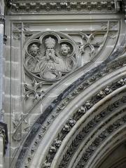 Domaine de la chapelle royale Saint-Louis - Français:   Façade occidentale de la chapelle royale Saint-Louis de Dreux (28). Écoinçon gauche. Dieu le Père.