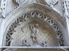 Château - Tympan du château de Maintenon représentant saint Michel, patron de la France, et le dragon.