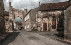 Porte Roland - Nederlands: De Porte Roland en het Maison des Gardes gezien naar het westen