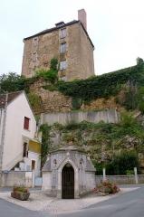 Chapelle-fontaine du 15e siècle, dite La Grand Font, ou fontaine Sainte-Radegonde - Français:   en arrière-plan l\'ancien château seigneurial de la Châtre