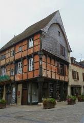 Maison du 15e siècle à pans de bois - This building is inscrit au titre des monuments historiques de la France. It is indexed in the base Mérimée, a database of architectural heritage maintained by the French Ministry of Culture,under the reference PA00097311 .