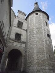 Porte dite de l'Horloge - This building is classé au titre des monuments historiques de la France. It is indexed in the base Mérimée, a database of architectural heritage maintained by the French Ministry of Culture,under the reference PA00097363 .