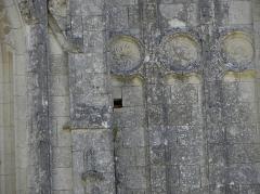 Ruines du château et de la collégiale des Roches-Tranchelion - Collégiale Sainte-Marie et Saint-Jean-Baptiste des Roches-Tranchelion en Avon-les-Roches (37). Façade occidentale.