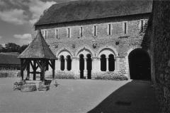 Ancien prieuré de Saint-Jean-du-Gray - Français:   Prieuré de Saint-Jean-du-Grais, vue sur la cour intérieure avec le puits, la salle capitulaire et le dortoir, situé à l\'étage
