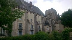 Ancienne abbaye bénédictine - Français:   se trouve derrière la pharmacie et sur le côté de la Tour