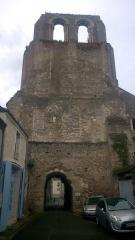 Ancienne abbaye bénédictine - Français:   vue de la rue national
