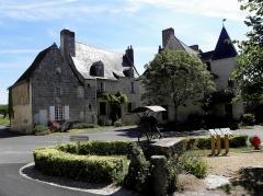 Maison du 15e siècle - Français:   Maison sise 10-12 Rue de Chinon et 2 Rue du Puits Auger à Crissay-sur-Manse (37). Vue septentrionale.