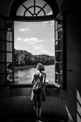Domaine de Chenonceaux (également sur communes de Chenonceaux et Civray-de-Touraine) - Español: Chica en la ventana, asomando al río Loira en el Chateau de Chenonceau