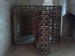 Château et son enceinte - Español: Celda-jaula en la que tuvieron retenido a un sacerdote durante 3 años