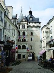Hôtel de ville et Porte Picoys - Nederlands: De porte Picois (of Picoys) te Loches, Indre-et-Loire, Centre, dateert uit de XVIe eeuw. De stadspoort - aan de place de l'Hôtel de Ville - leunt aan tegen het renaissance stadhuis. Samen met de andere nog overblijvende poort - la porte des Cordeliers - verleent  ze toegang tot de buitenste omwalling (XVe eeuw) van de cité royale.
