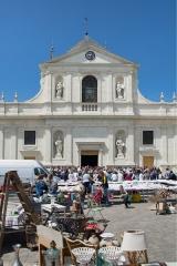 Eglise paroissiale Notre-Dame -   Face exposed  Les halles et l'église de richelieu vu des halles