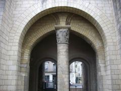 Ancienne abbaye de Saint-Martin - Tour Charlemagne, à Tours (Indre-et-Loire, France), colonne centrale vue du sud