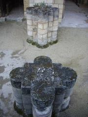 Ancienne abbaye de Saint-Martin - Français:   Tour Charlemagne de Tours (Indre-et-Loire, France), bases de colonnes au sud