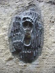 Ancienne chapelle du Petit-Saint-Martin, actuellement annexe de l'Ecole des Beaux-Arts de Tours - Français:   Chapelle du Petit-Saint-Martin, à Tours (Indre-et-Loire, France), sculpture de pas sur la façade