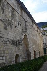 Ancienne chapelle du Petit-Saint-Martin, actuellement annexe de l'Ecole des Beaux-Arts de Tours - Français:   Façade nord de l\'ancienne chapelle du Petit-Saint-Martin située au 22 rue du Petit Saint-Martin a Tours (Indre et Loire, France). La construction date du 14ème siècle, 15ème siècle et de la 1ère moitié du 16ème siècle Le bâtiment est aujourd\'hui une annexe de l\'Ecole des Beaux-Arts de Tours.