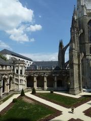 Cloître Saint-Gatien dit La Psalette - Cloître de la Psalette (XVe et XVIe siècles). Galerie est et arc-boutant du transept nord de la cathédrale.