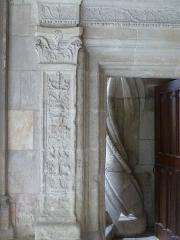 Cloître Saint-Gatien dit La Psalette - Cloître de la Psalette (XVe et XVIe siècles). Escalier, dans l'angle nord-est. Porte d'accès depuis le niveau inférieur du cloître. Piédroit gauche.