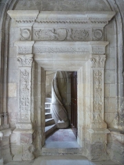 Cloître Saint-Gatien dit La Psalette - Cloître de la Psalette (XVe et XVIe siècles). Escalier, dans l'angle nord-est. Porte d'accès depuis le niveau inférieur du cloître