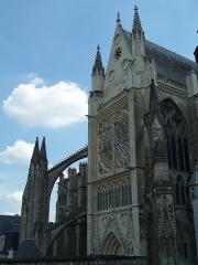 Cloître Saint-Gatien dit La Psalette - Cloître de la Psalette (XVe et XVIe siècles). Galerie est et transept nord de la cathédrale.