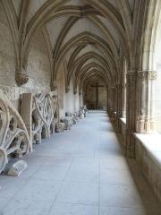 Cloître Saint-Gatien dit La Psalette - Cloître de la Psalette (XVe et XVIe siècles). Galerie ouest. Vue intérieure, vers le nord.