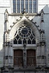 Eglise Saint-Saturnin (ancienne église des Carmes) - Français:   Portail de l\'église Saint-Saturnin de Tours (Indre et Loire, France). Construite en 1472 il s\'agit à l\'origine de l\'église de l\'ancien prieuré des Carmes avant de devenir l\'église de la paroisse après la destruction de cette dernière durant la Révolution française.