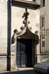 Hôtel - Français:   Entrée de l'hôtel particulier du 22 rue du Docteur Bretonneau à Tours (Indre-et-Loire, France). Date de la construction s\'étageant entre le XVe et le XIXe siècle.