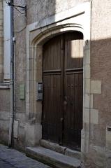 Hôtel du 16e siècle - Français:   Entrée de l\'hôtel particulier du XVIe siècle situé 7 rue des Cerisiers à Tours. L\'hôtel est devenu au XIXe siècle la pension Vauquier immortalisée dans l'œuvre de Balzac Le Père Goriot. Les deux sœurs de l\'écrivain y ont été élevées.