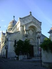 Basilique Saint-Martin - Français:   Basilique Saint-Martin de Tours, Indre-et-Loire. La façade sud.