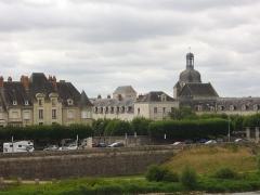 Eglise Saint-Saturnin - Français:   Église Saint-Saturnin de Blois (Loir-et-Cher, France), vue depuis le pont Jacques-Gabriel